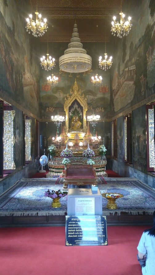 Wat Pathum Wanaram - peacefulness in the midst of the busy Siam district